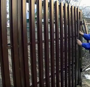 Монтаж металлического штакетника своими руками 100